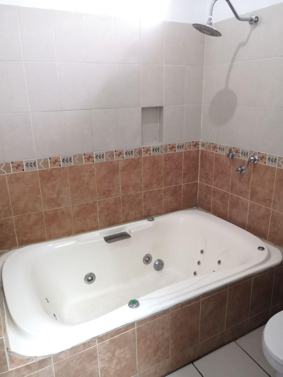 12 de 24: Baño en cuarto para visitas