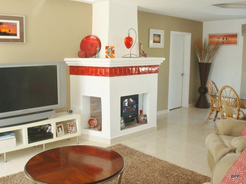 4 de 12: living area con chimenea