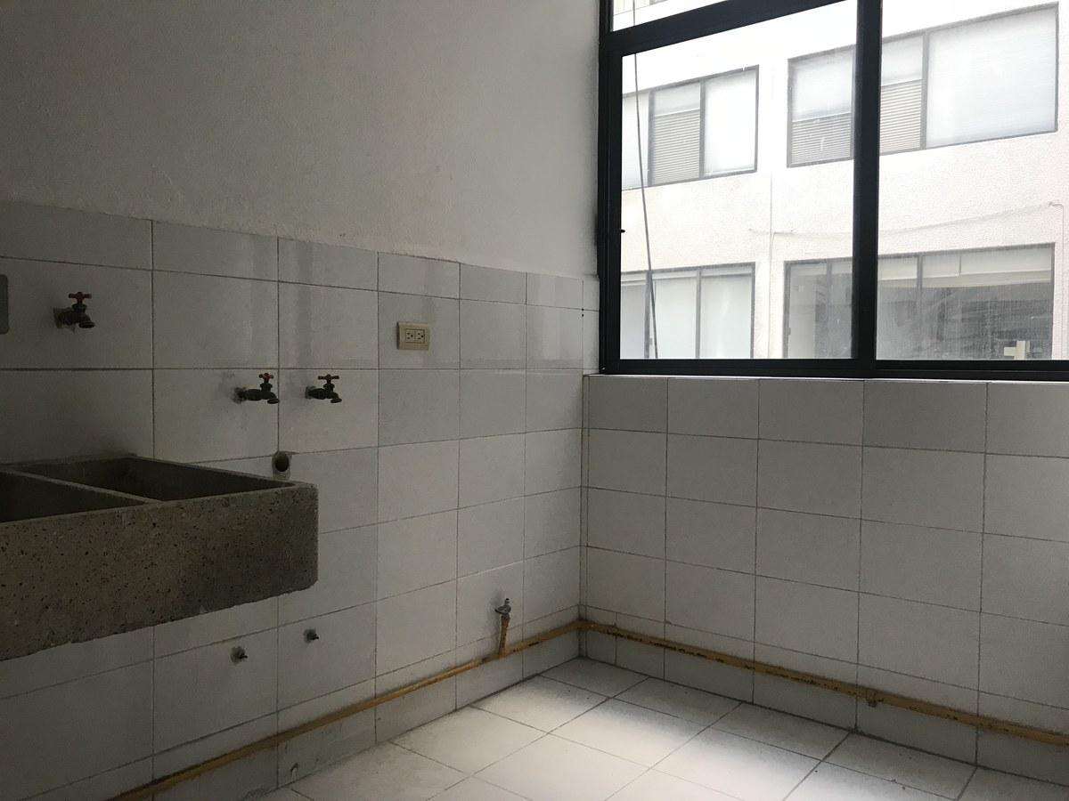 11 de 13: Cuarto de lavado con instalaciones