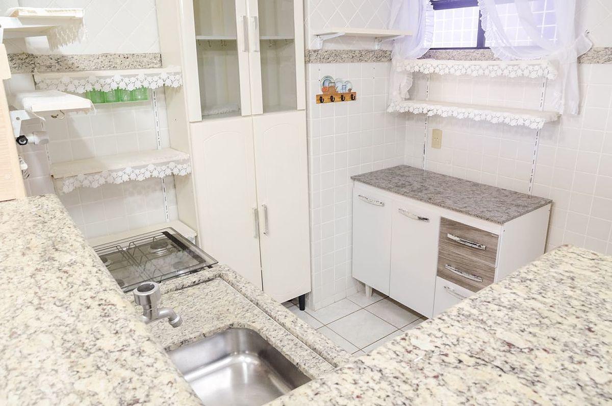 9 de 12: Cozinha com armários