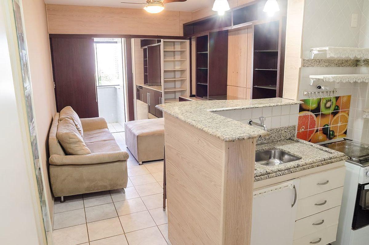 6 de 12: Sala ampla com cozinha americana com armários