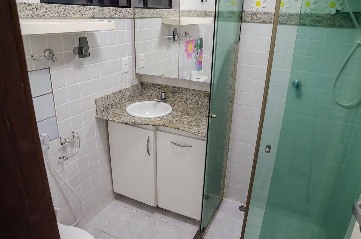 11 de 12: Banheiro com box e armário