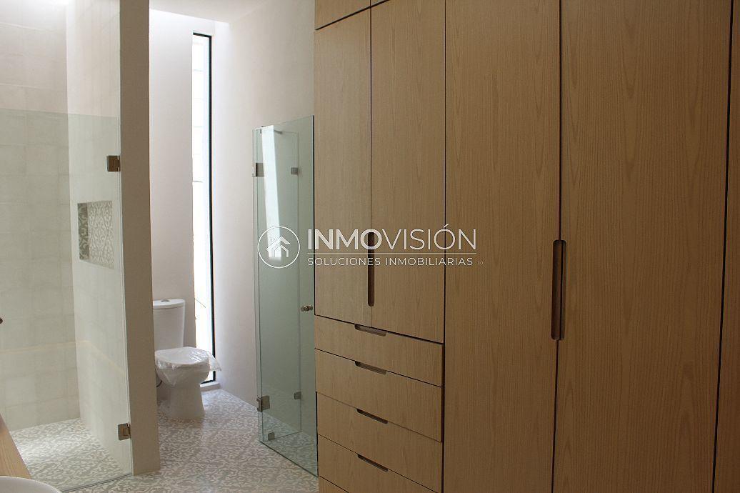 34 de 47: Recámara principal con vestidor y baño completo