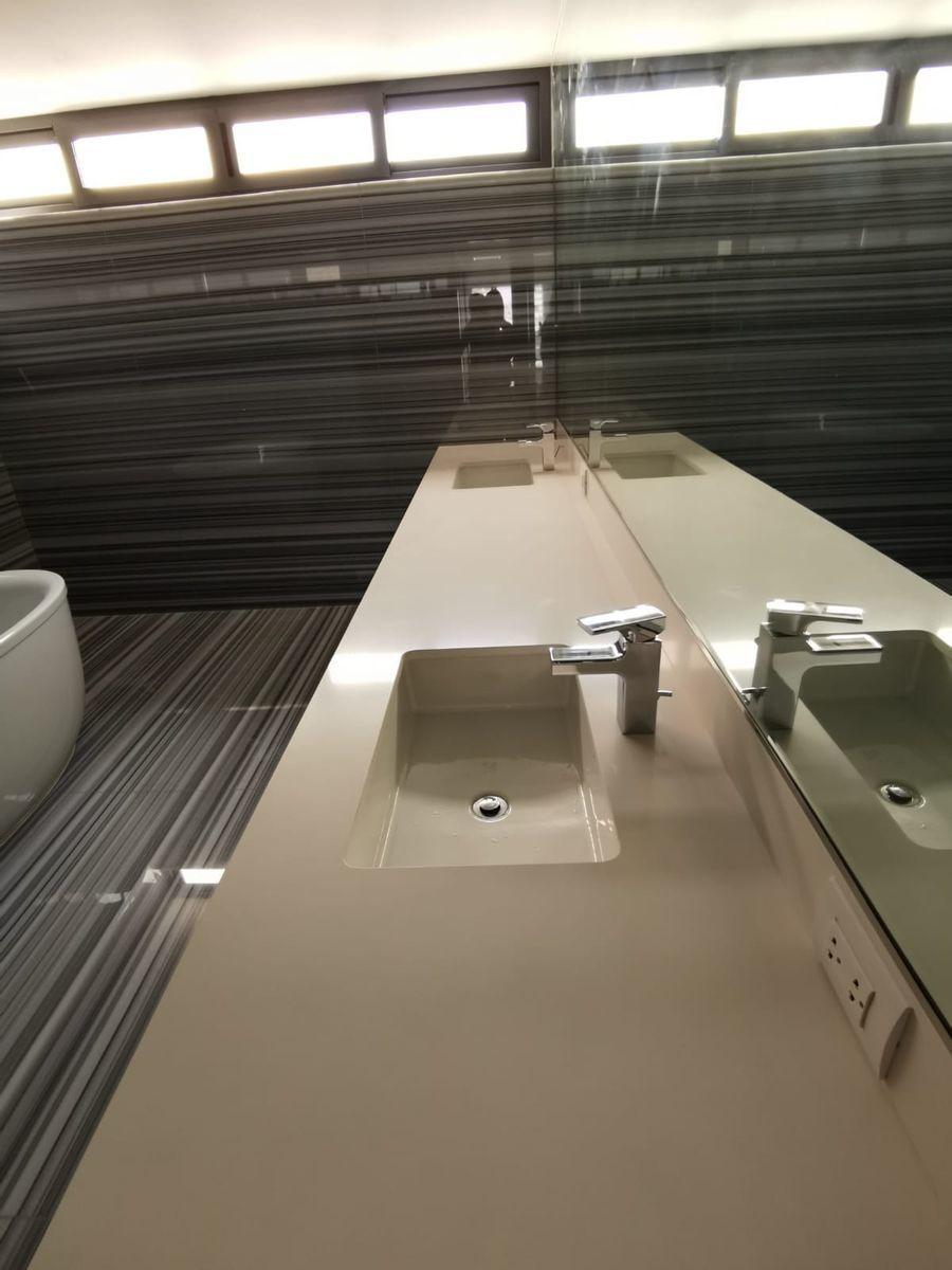 25 de 33: Dos ovalines con grifería Kohler en baño principal