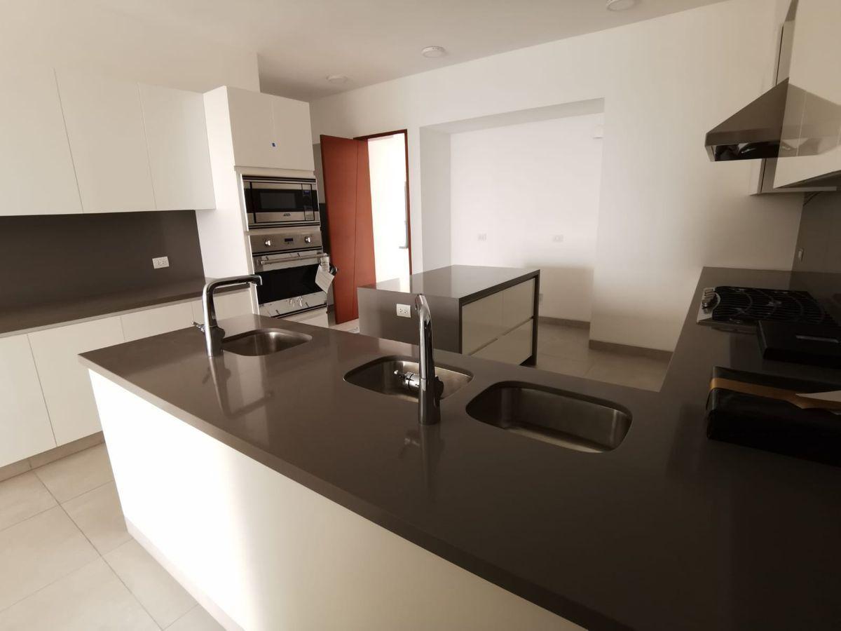 21 de 33: Moderna cocina con electrodomésticos incorporados