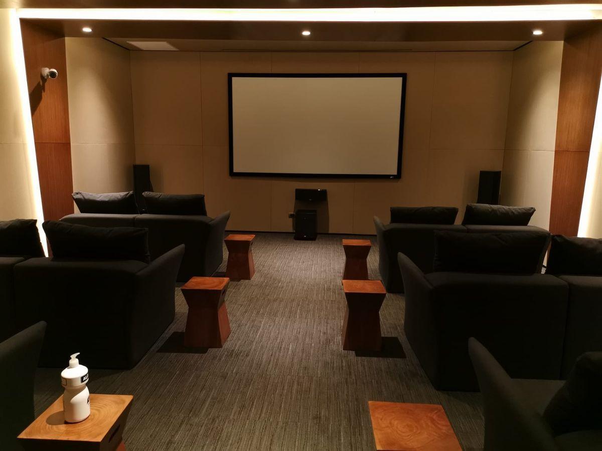 28 de 33: Sala de cine con butacas reclinable como áreas comunes