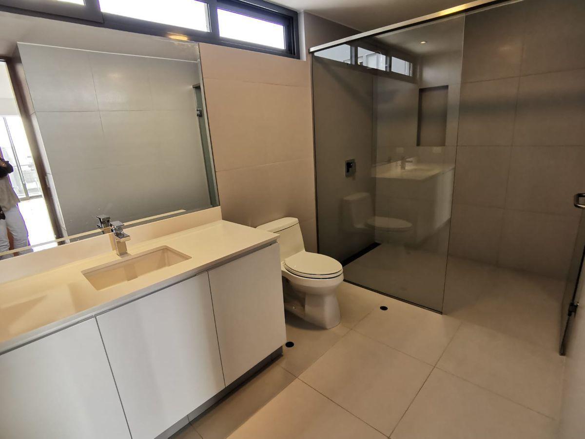 26 de 33: Moderno baño con acabados de lujo en dorm secundarios