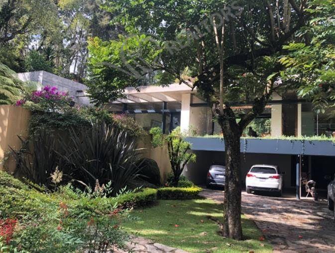 24 de 26: Garage y vista parcial fachada principal