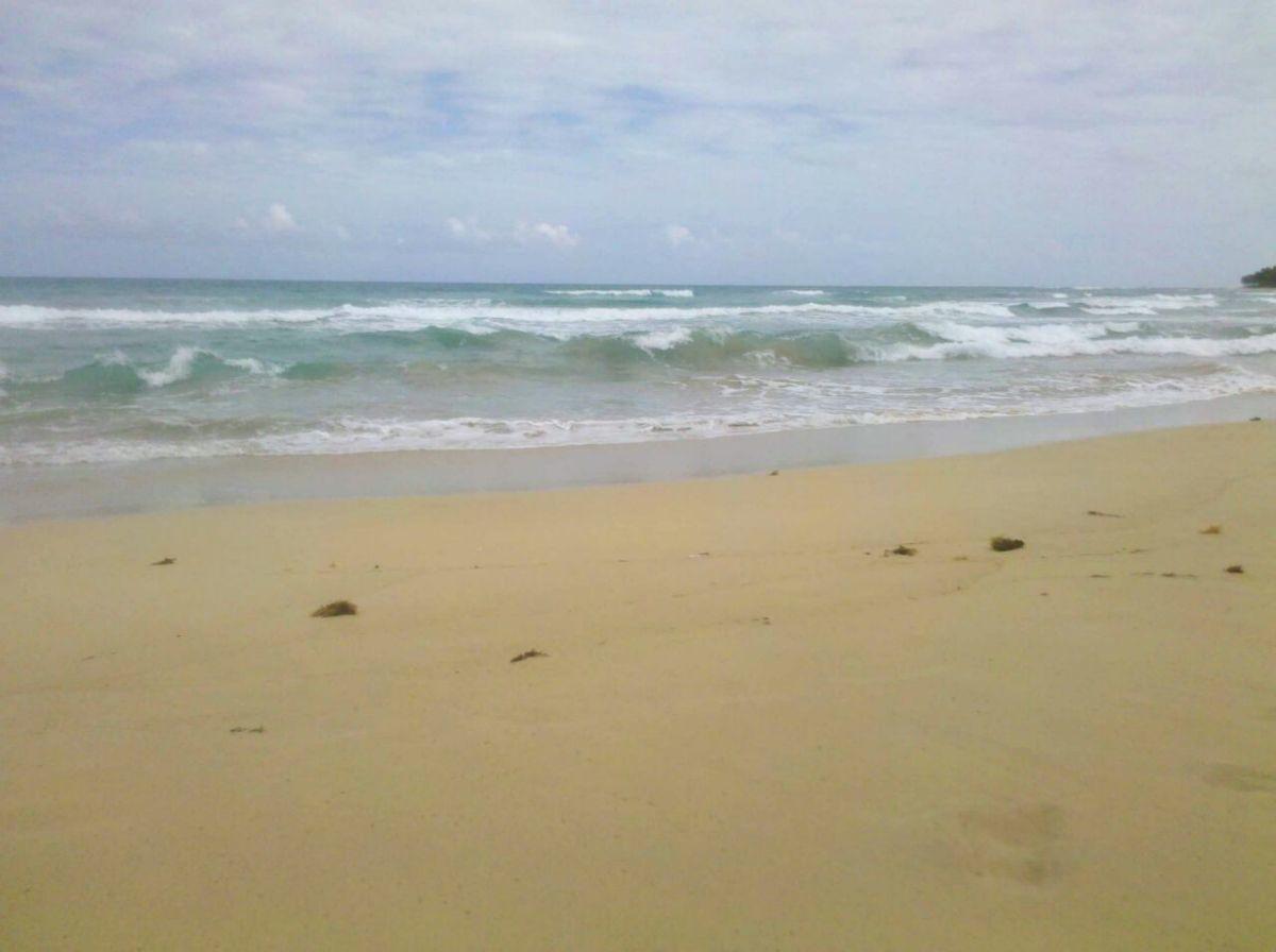 2 of 8: Hermosas playas circundantes color turquesa.