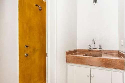 7 of 16: Baños en acabados minimalistas