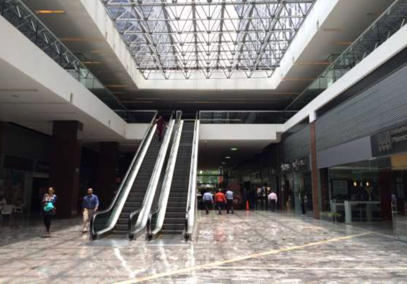 1 de 7: Vestíbulo principal del conjunto comercial