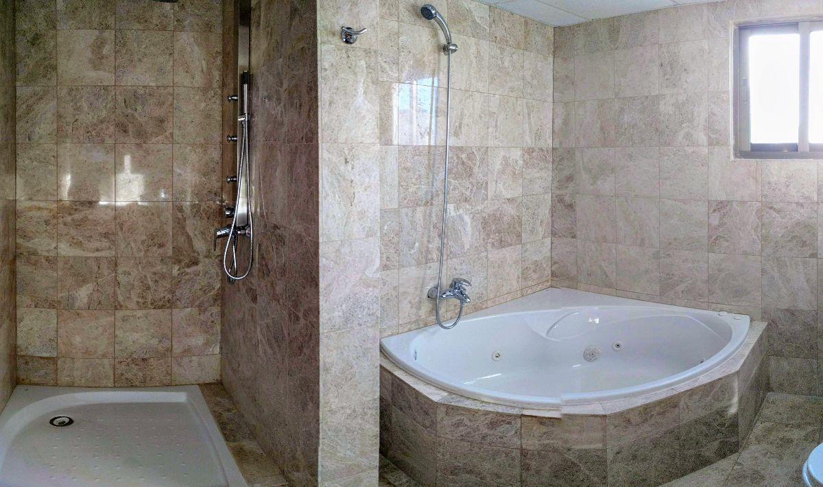 11 de 17: Ducha y jacuzzi baño ppal.