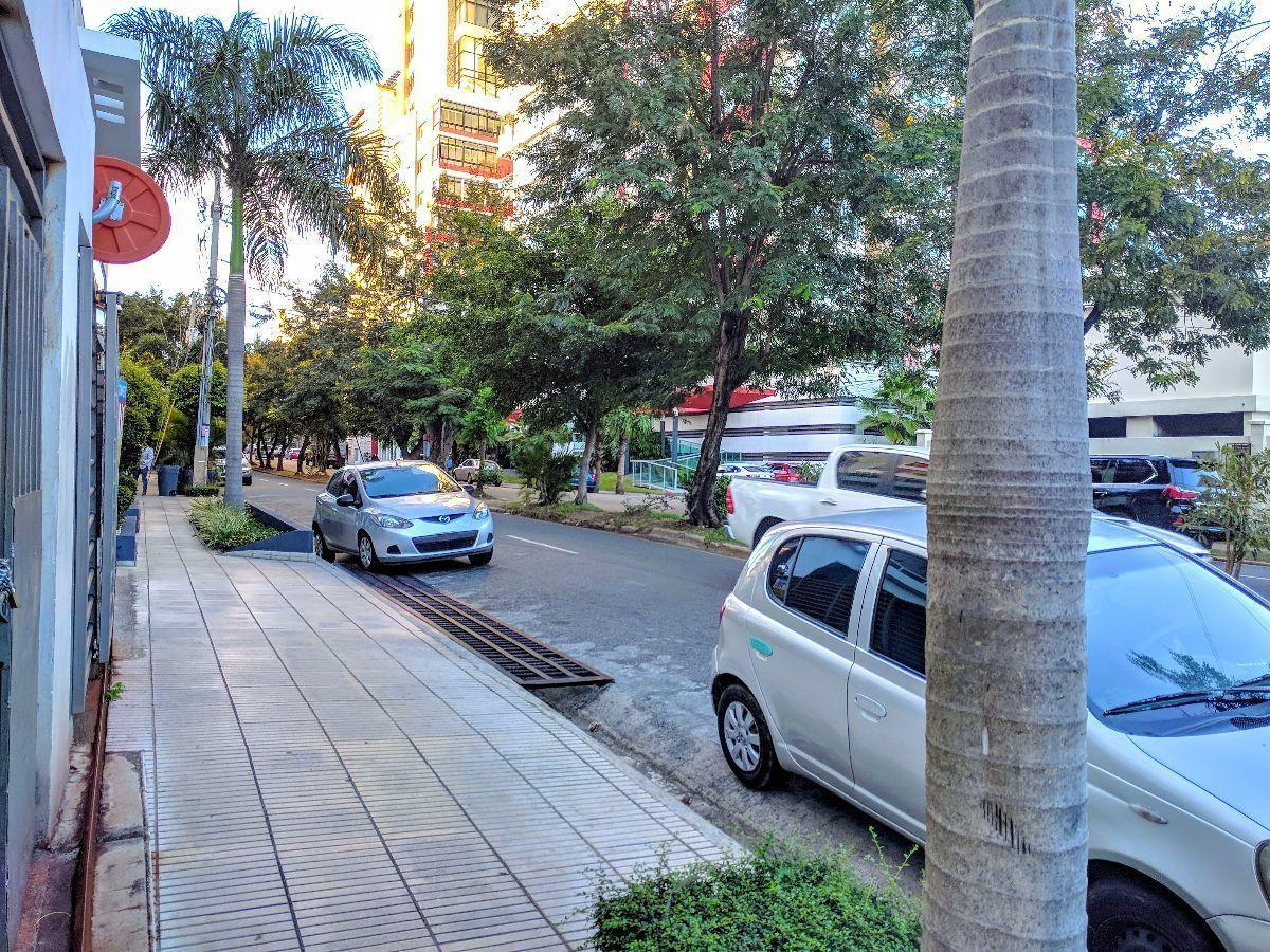 16 de 17: Vista desde la calle en dirección norte.